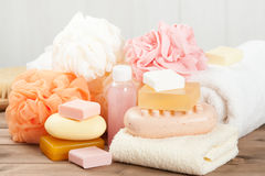 肥皂酒吧和液体 香波,阵雨胶凝体 毛巾 温泉成套工具 免版税库存照片