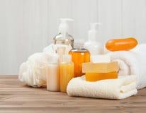 肥皂酒吧和液体 香波,阵雨胶凝体 毛巾 温泉成套工具 免版税图库摄影