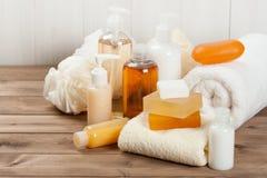 肥皂酒吧和液体 香波,阵雨胶凝体 毛巾 温泉成套工具 免版税库存图片