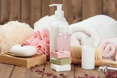 肥皂酒吧,毛巾,小捆 身体关心成套工具 干玫瑰花瓣 图库摄影
