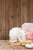 肥皂酒吧,毛巾,小捆 身体关心成套工具 干玫瑰花瓣 免版税库存图片