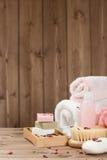 肥皂酒吧,毛巾,小捆 身体关心成套工具 干玫瑰花瓣 库存照片