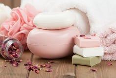 肥皂酒吧,毛巾,小捆 身体关心成套工具 干玫瑰花瓣 库存图片