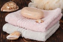 肥皂,毛巾 截去的查出的路径海运轰击白色 木背景 库存图片