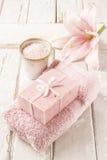 肥皂,碗海盐,桃红色毛巾和百合开花 免版税图库摄影