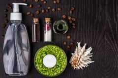 肥皂,腌制槽用食盐,在木桌背景的面具 温泉 免版税图库摄影
