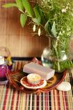 肥皂,蜡烛,花束 库存图片