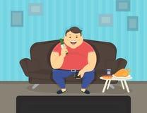 肥胖人在家坐看电视和喝啤酒的沙发 免版税库存照片