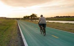 肥胖人骑自行车的人 免版税库存照片