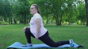 肥胖女孩在公园,丢失的重量的,欲望每日惯例舒展是亭亭玉立的 影视素材