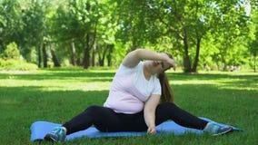 肥胖女孩笨拙的做的肥胖燃烧的锻炼户外,疲倦,失望 股票视频