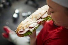肥胖妇女的油腻不健康的食物 免版税库存照片