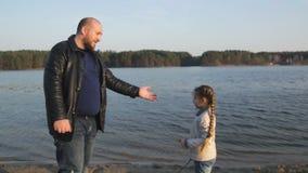 肥胖爸爸和女儿获得乐趣在河,海,海洋附近 股票录像