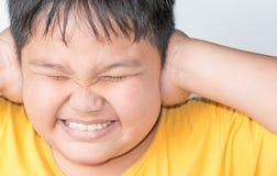 肥胖男孩在一个喧闹的地方 免版税图库摄影