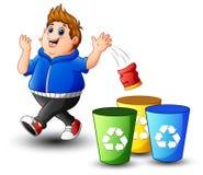 肥胖男孩投掷在垃圾的垃圾 免版税库存照片