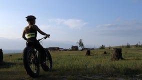肥胖自行车在森林里也叫了在夏天骑马的fatbike或肥胖轮胎自行车 股票录像