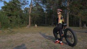 肥胖自行车在森林里也叫了在夏天骑马的fatbike或肥胖轮胎自行车 股票视频