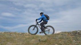肥胖自行车或fatbike或肥胖轮胎自行车在驾驶通过小山的夏天 股票录像