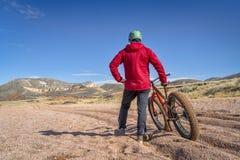 肥胖自行车骑马在科罗拉多 免版税库存图片
