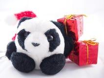 肥胖软的熊猫玩偶,仅单独与红色礼物盒,圣诞节 免版税库存照片