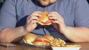 肥胖饥饿的食人的肥腻汉堡,不健康的食物瘾,超重 股票录像