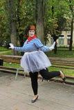 肥满女性街道艺术家城市天在伏尔加格勒 免版税库存照片