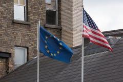 肩并肩欧盟和美国旗子 免版税库存图片