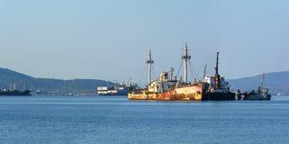 肩并肩老生锈的船 海难在希腊 库存图片