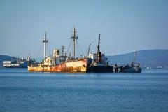 肩并肩老生锈的船 海难在希腊 免版税库存照片