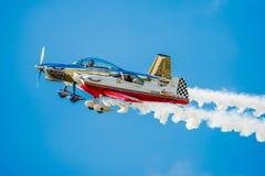 肩并肩飞行两架特技的飞机 免版税库存照片