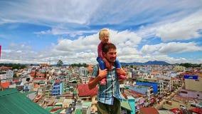 肩膀小女孩的接近的父亲举行屋顶的在城市 股票录像