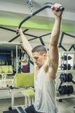 肩膀拉下锻炼 免版税图库摄影