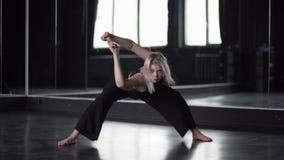 肩膀的灵活性-舞蹈家训练在镜子附近的 股票视频
