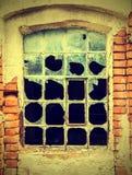 肮脏和残破的玻璃,被放弃的工厂,葡萄酒样式 免版税库存图片