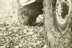 肮脏汽车的轮子 免版税库存图片