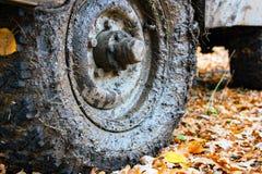 肮脏汽车的轮子 库存图片