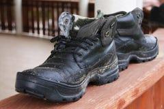 肮脏的人鞋子 免版税库存照片