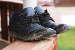 肮脏的人鞋子 库存图片