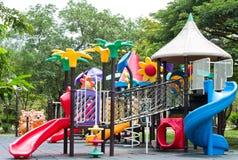 肮脏的儿童操场设备在公园 免版税库存照片