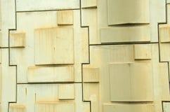 肮脏的具体方形字体的凸起的样式在墙壁上的 免版税库存照片