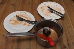 肮脏的准备好菜盘和的平底深锅被洗涤  免版税库存图片