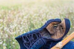 肮脏的半新Kendo Kote或Kendo树丛和Shinai在绿草地面,温暖的口气 免版税库存照片