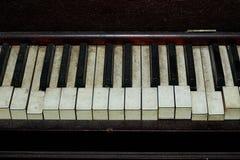 肮脏的打破的钢琴钥匙 免版税库存照片