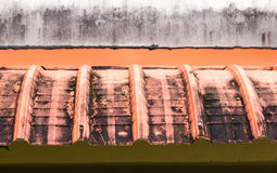 肮脏的机盖屋顶或封檐房子。 库存例证