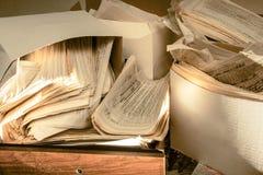 肮脏的杂乱纸张文件 库存图片