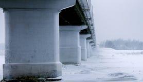 肮脏的汽车桥梁的看法 免版税库存照片