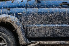 肮脏的汽车的侧视图 库存照片