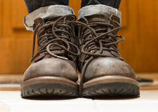 肮脏的灰色的人穿上鞋子特写镜头 库存照片