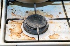 肮脏的燃烧器煤气炉在厨房里 库存照片