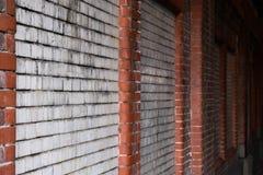 肮脏的生苔砖墙隧道红色白水泥黑暗 免版税库存图片